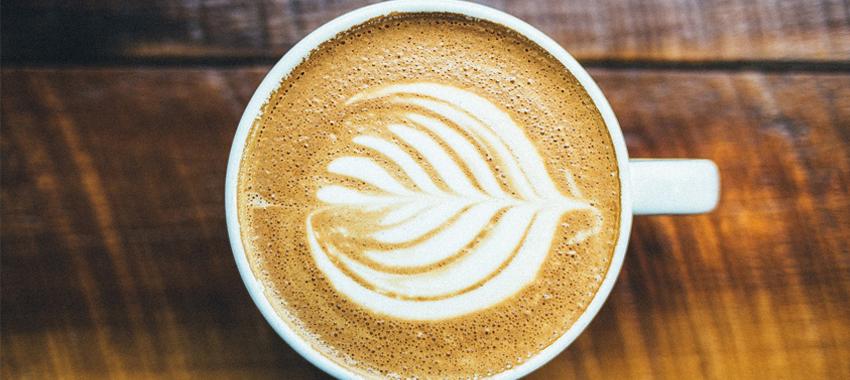 Latte art dans une tasse de café
