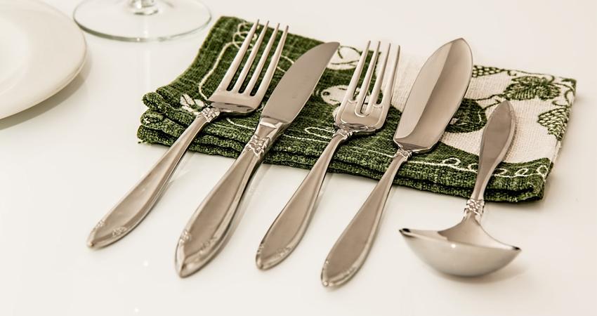 Pour décorer une table de cérémonie, un pliage de serviette original apportera une touche de créativité sur votre table.